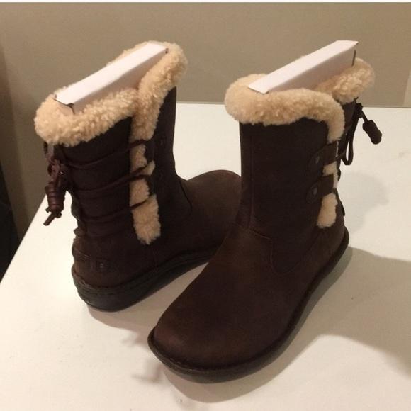 348e9c7b431 New Ugg Classic Akadia leather boots Sz 7 or 8 ❤️